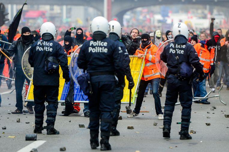 De betoging in november werd druk bijgewoond door havenarbeiders, allen te herkennen aan hun fluojassen.