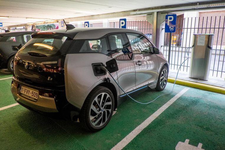 """Op de parking staan vier laadpunten voor elektrische wagens en 16 voor elektrische fietsen. """"Voor fietsen blijft het zeker gratis. Voor auto's is dit een proefproject."""""""