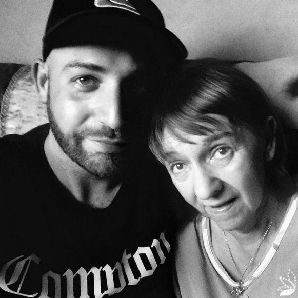 Kunstenaar Tom Herck samen met zijn moeder Nicole, enkele maanden voor haar dood.
