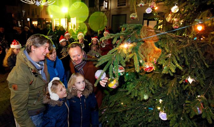 Het bezoek van Joris Linssen aan de kerstboom in Leerdam in 2018.