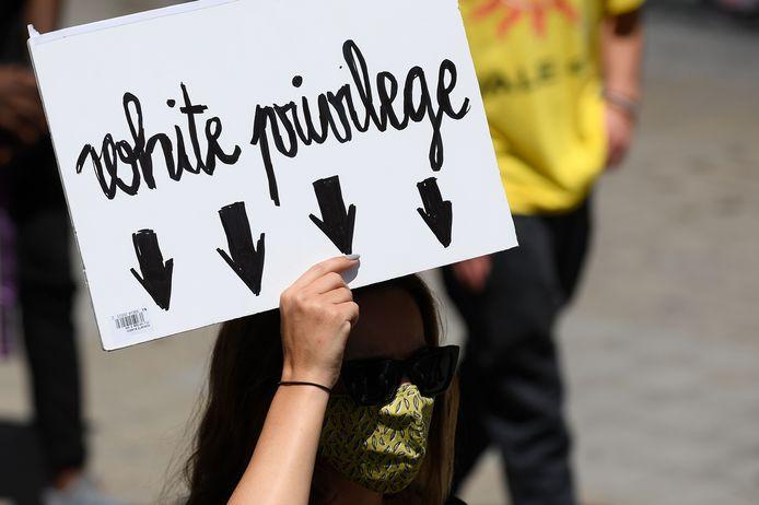 De meeste witte mensen denken niet na over kleur en ras, stelt de Amerikaanse racismetrainer Robin DiAngelo.