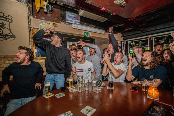Het geloof in een goede afloop is er weer bij de supporters in cafe De Alm als de Deventer ploeg na rust op 2-2 komt.