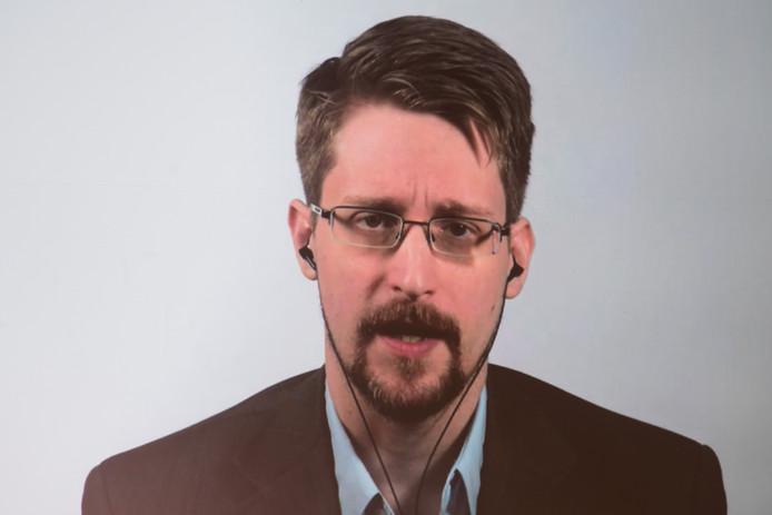 Klokkenluider Snowden staat journalisten te woord via een videoverbinding in Berlijn.