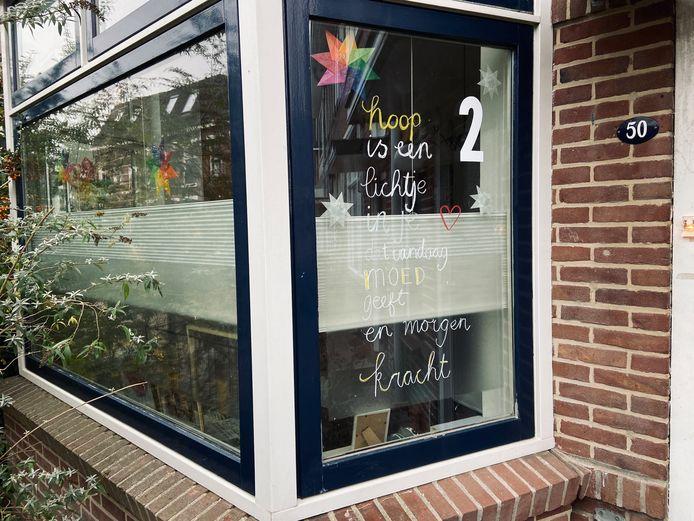 Adventskalender in Deventer: wandelen langs steeds meer versierde ramen rond de binnenstad. Nummer 1 en 2 op de Zandweerd zijn al 'open'.