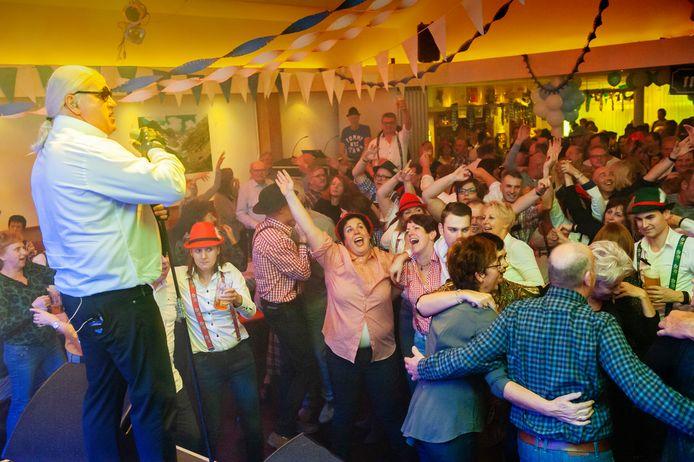 Een feest zoals het optreden van Karl Lagerfett heeft dorpshuis De Parel in Rossum lang niet gehad. De subsidie om de ozb-belasting te compenseren is dan ook meer dan welkom.