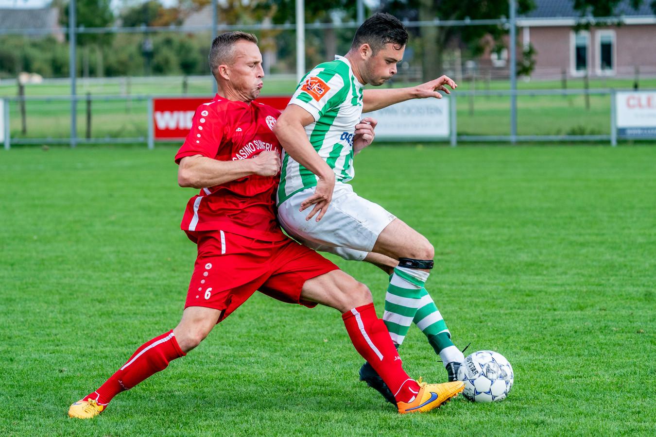 Tim Cornelisse moet aan de bak tegen Spero-aanvaller Koen van de Geer. De 41-jarige oud-Vitessenaar - bij gelegenheid opgeroepen door trainer Roberto Straal - kreeg koploper MASV ook niet aan de praat bij hekkensluiter Spero.