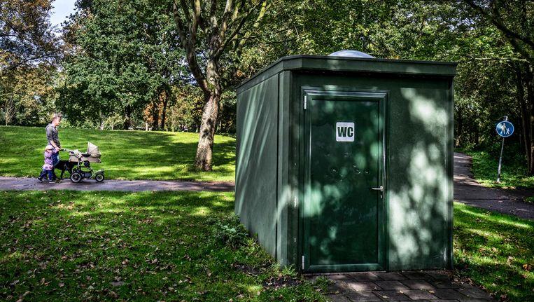 Een openbaar toilet voor mannen én vrouwen in Haarlem. Beeld null