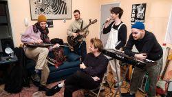"""Jonge veulens van Danny Blue and the Old Socks bereiden zich voor op album-release: """"De wilde puberharen zijn verdwenen, we zijn een serieuze band nu"""""""