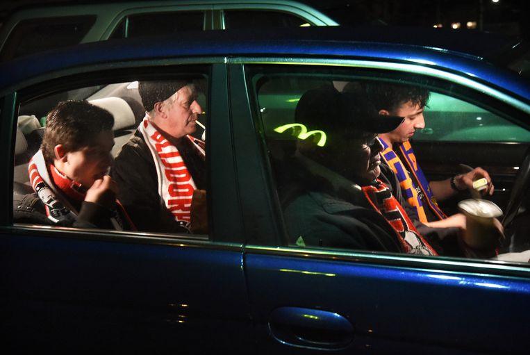 Chauffeur Len Beijer, zijn vader (erachter), zijn broer (daarnaast) en buurman zitten elke twee weken in de Kuip, waar het nu te rellerig was voor een frietje. Beeld Marcel van den Bergh