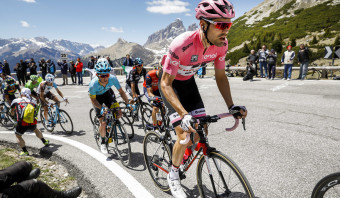 Tom Dumoulin behoudt leiderstrui in de Ronde van Italië na zware bergetappe