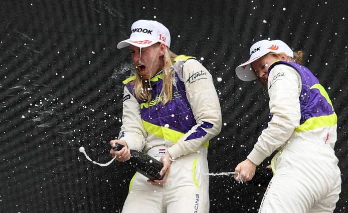 Visser viert de zege met champagne.