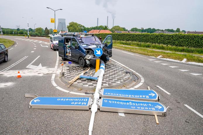 Man ramt met volgeladen bus verkeerspaal in Geertruidenberg.
