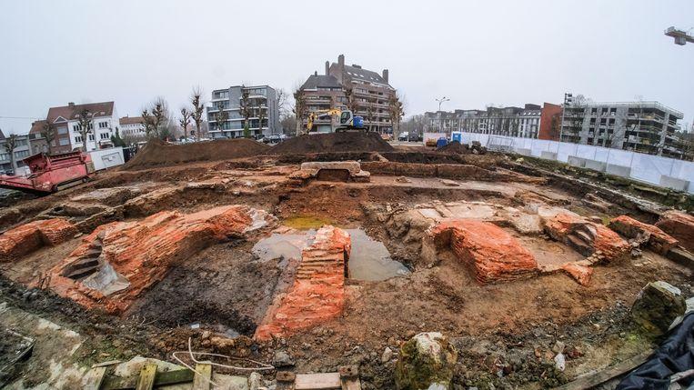 Afgelopen zomer tijdens werden er tijdens een eerste fase van het archeologisch onderzoek resten ontdekt van de voormalige stadsmuur, de stadsgracht en van de Trompetterstoren, een toren die deel uitmaakte van de stadsmuur die tot aan de Broeltorens liep.