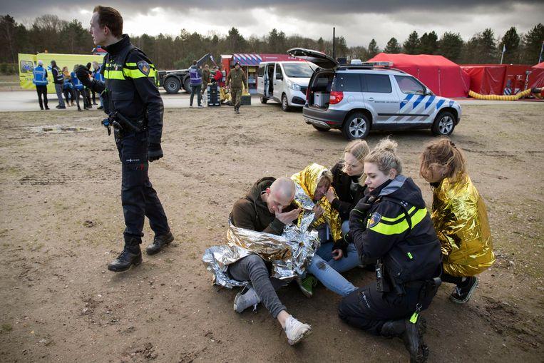 Aan de oefening doen politie, brandweer en ambulancemedewerkers mee. Beeld Werry Crone