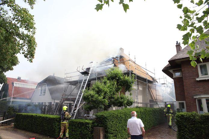 Een brandweerteam dat is gespecialiseerd in rietkapbranden is onderweg uit Elst om assistentie te verlenen bij de brand aan de Burgemeester Meslaan in Tiel