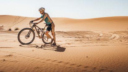 """Topkok Luc Bellings wint loodzware mountainbikewedstrijd in Marokkaanse woestijn: """"Elke etappe 10 bidons water"""""""