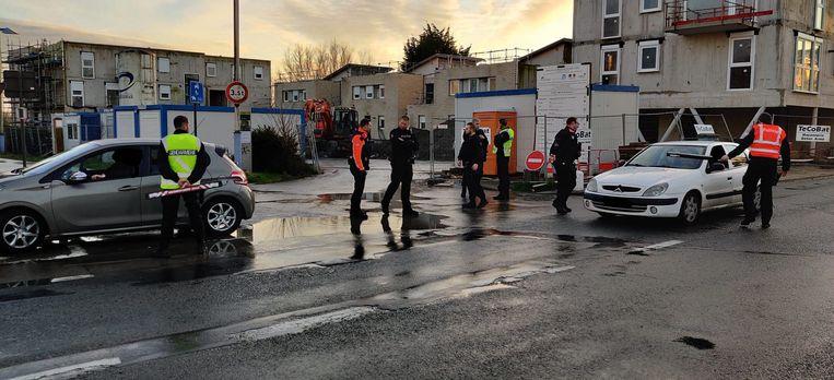 Franse en Belgische politiemensen houden een controleactie aan de grensovergang Le Perroquet in De Panne.