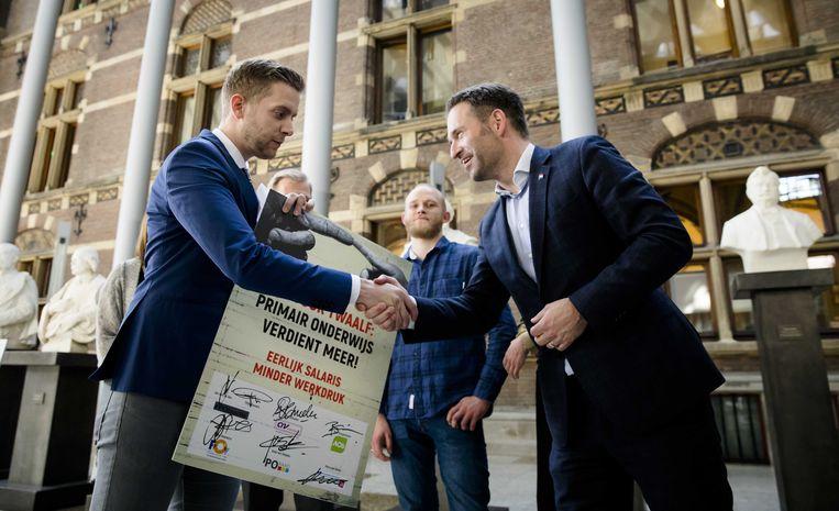 Jan van de Ven van PO in Actie overhandigt Kamerleden een petitie Beeld ANP