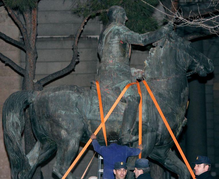 In het holst van nacht 'verdwijnt' in 2005 het beeld van de fascistische leider generaal Franco uit uit Madrileense straatbeeld. Beeld ap