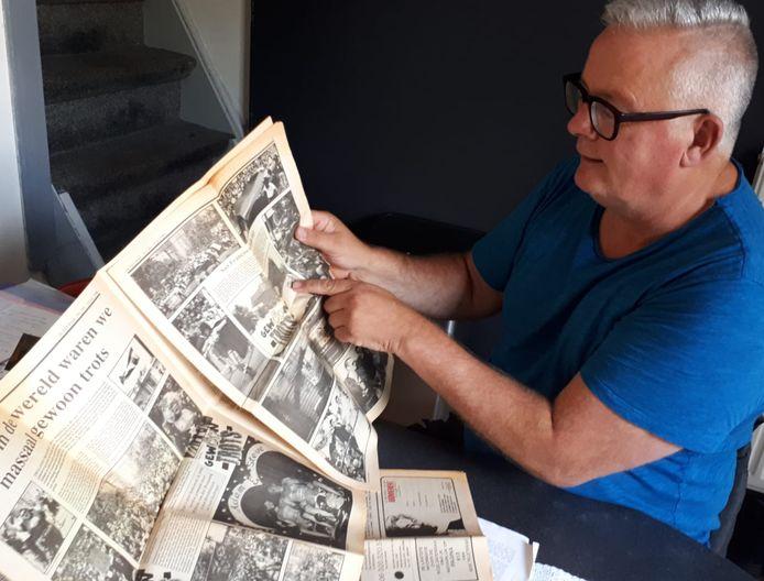 Henk Lobers bladert door de Roze Zaterdag krant uit 1990.
