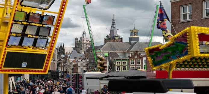 Vorig jaar stond de Booster (op de voorgrond) met verderop de Airrace Bungee op de Bossche Markt. De Booster maakte bij de Brabanthallen plaats voor de Airrace Bungee.