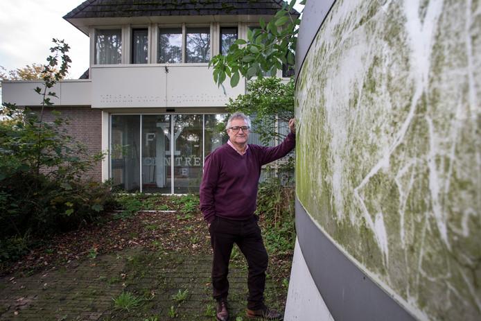 Buurtbewoner Ruud Hollering  op de 'verpauperde locatie'. Hij vindt de situatie bij het pand aan de Hoofdstraat in Gorssel een grote schande.