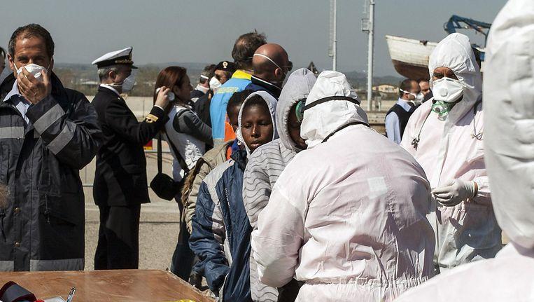 De Italiaanse haven van Corigliano waar eerder deze week immigranten uit Libië werden opgevangen. De vluchtelingenstroom blijft aanzwellen, ook vandaag weer met verschrikkelijke gevolgen.