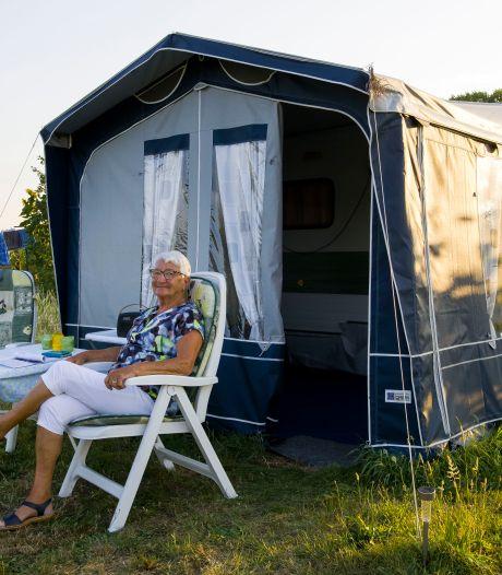 Wie gaat er nou vijftig jaar lang naar dezelfde camping? Zeeuwse Nelly (84): 'Brabanders zijn goede praters'