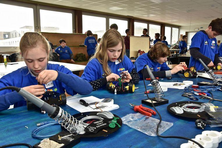 De leerlingen werken aan hun eigen ruimterobot.