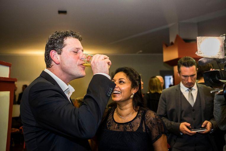 Tom Meeuws spoelt de kater van de voorbije week door met een frisse pint. Jinnih Beels kijk geamuseerd toe.