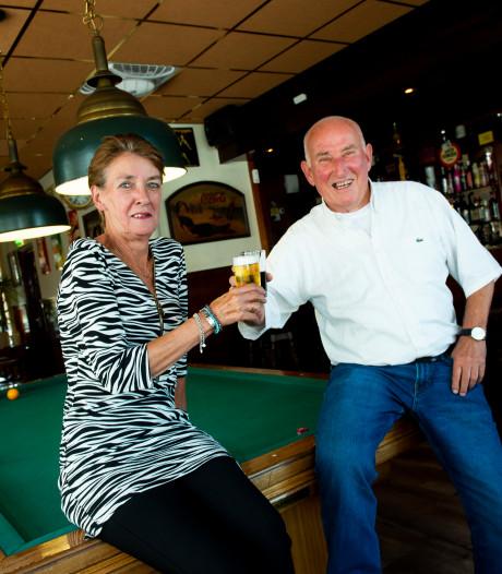 Dick (81) en Wies (64) gaan na 20 jaar bij De Schimmel in Apeldoorn met pensioen. Tijd voor een biertje: 'Of twee'