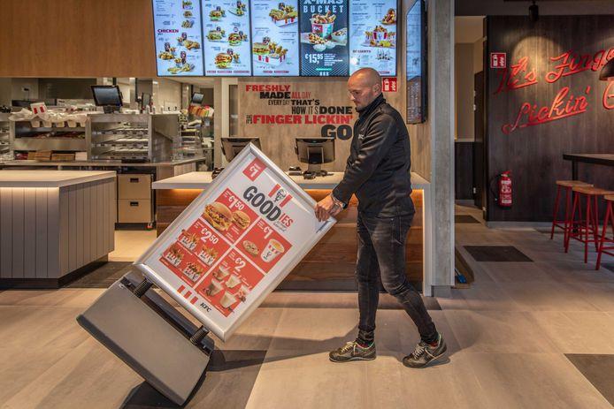 Restaurantmanager Jeroen van der Schelde was donderdag druk in de weer om alles in orde te maken voor maandag.
