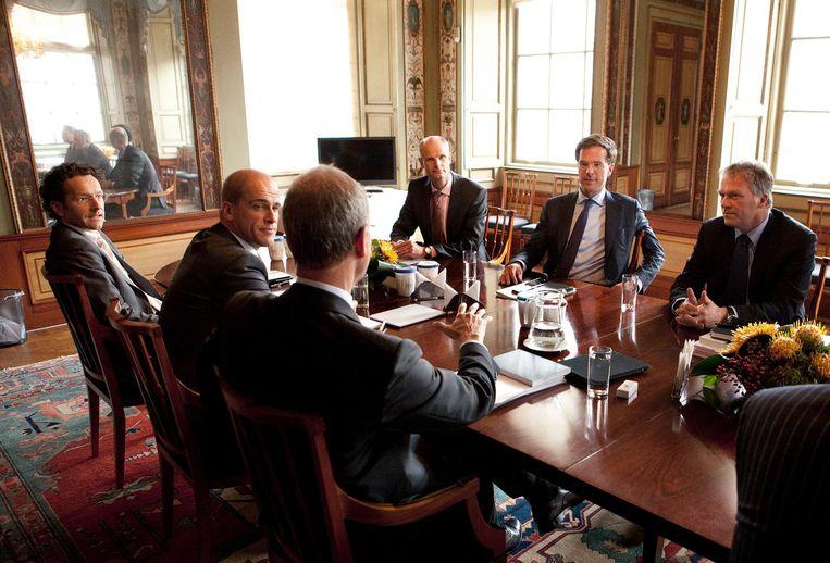 Kabinetsformatiegesprek met informateurs Kamp en Bos, Rutte en Blok (VVD) en Samsom en Dijsselbloem (PvdA). Beeld Maarten Hartman / Hollandse Hoogte