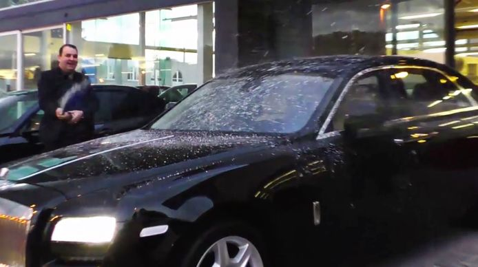 De broers Azimi dopen de nieuwe Rolls Royce van Salar.