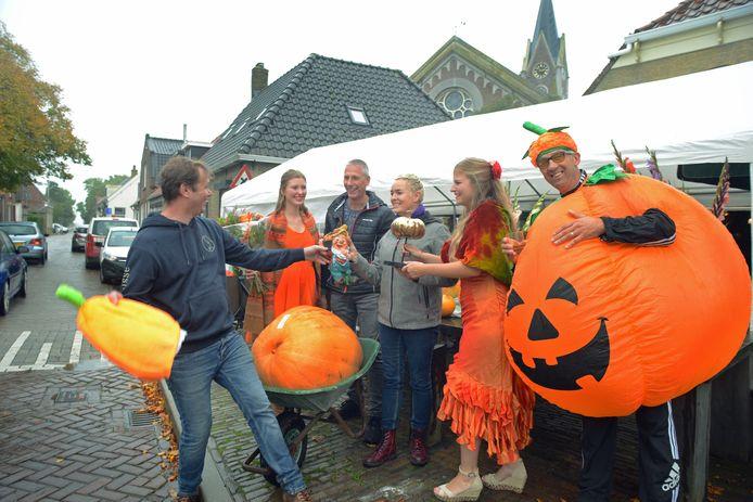 Margaret Ross en haar man Peter van Eijk kweekten de grootste pompoen van Zonnemaire. Bijgestaan door 'pompoenprinsessen' Rink Boerma en Céline Marteijn en 'prins' Ton Berrevoets reikt Evert van Dilst de eerste prijs uit.