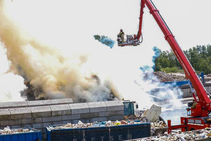 Grote brand bij Baetsen Recycling in Son en Breugel.