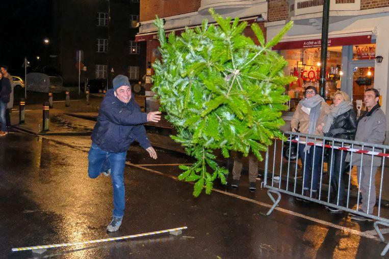 Smijten, werpen, gooien: iedere deelnemer hanteerde zijn eigen tactiek om de kerstbomen zo mogelijk te krijgen.