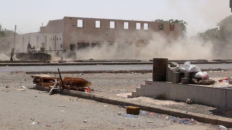 Ook in Aden, in het zuiden, wordt hevig gevochten tussen Houthi-strijders en militairen die trouw zijn aan de afgezette president Mansour Hadi. Beeld reuters
