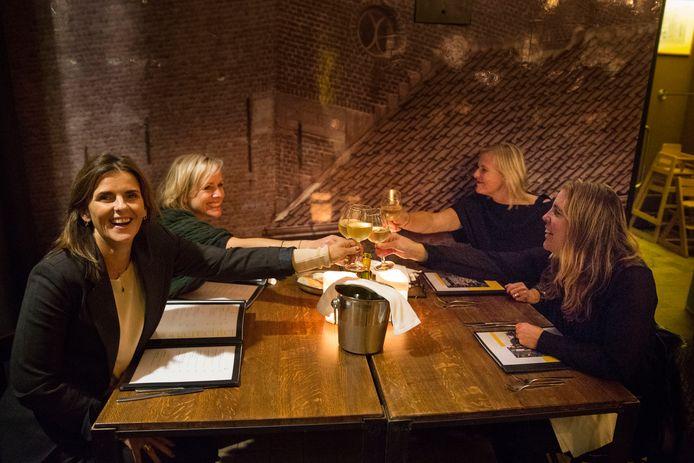 Ook bij restaurant De Moriaan in Roosendaal mogen er niet meer dan vier personen aan één tafel. Deze gasten proosten op een gezellige avond.