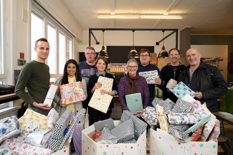 De Leo's geven geschenken aan de kinderen van gezinnen die gebruik maken van De Betere Eetbox