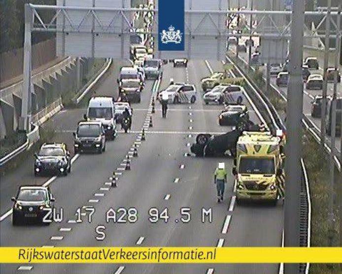 Door het ongeluk zijn rijbanen afgesloten op de A28.