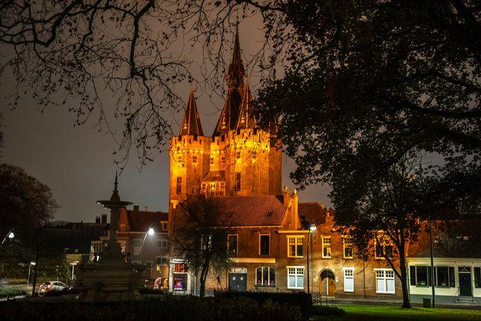 November 2018 kleurde de Sassenpoort in Zwolle nog helemaal oranje om aandacht te vragen voor geweld tegen vrouwen. Zondag 17 november kleurt het gebouw paars voor veel-te-vroeg geboren kinderen.