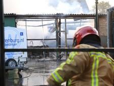 Loods rijschool Helmond grotendeels verwoest door brand, asbest vrijgekomen