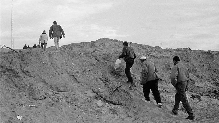 Palestijnse bouwvakkers op weg naar hun werk in Israël, Gaza, grensovergang bij Eres, 1995. Beeld Ad van Denderen