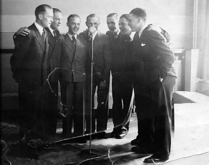 De vader van Leo (tweede van rechts) met zijn zes broers.