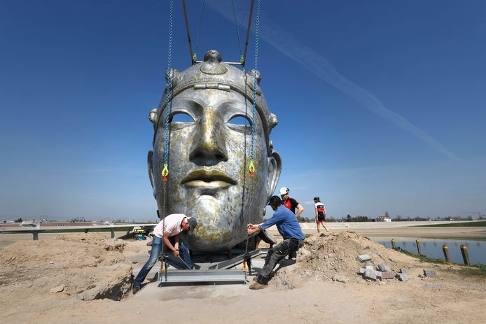 Het 4000 kilo zwaar wegende masker moet precies op de juiste plek komen te staan.