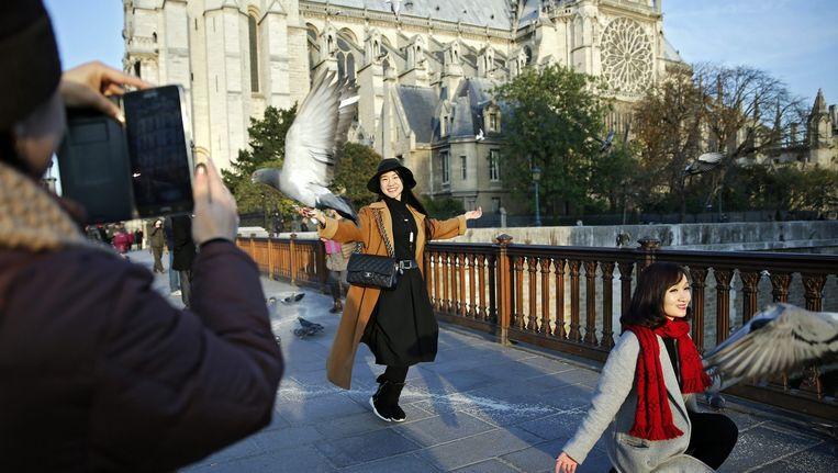 Toeristen bij de Notre-Dame in Parijs. Beeld epa