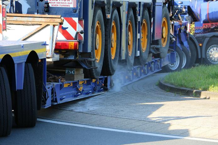 De onderkant van de trailer schuurde op meerdere plaatsen over het wegdek.