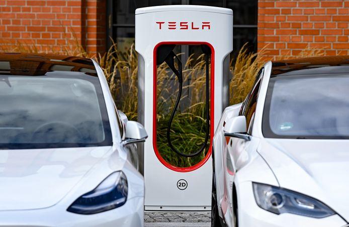 De nieuwste versies van de Tesla Supercharger-laadtstations blijken toegankelijk voor auto's van andere merken. Zij kunnen hierdoor gratis opladen