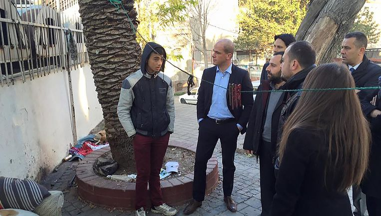 Foto die Diederik Samsom begin december op zijn Facebook-pagina plaatste van zijn werkbezoek aan de Turkse grensplaats Izmir. De PvdA-leider in gesprek met een 16-jarige jongen die alleen uit Aleppo vluchtte. Beeld